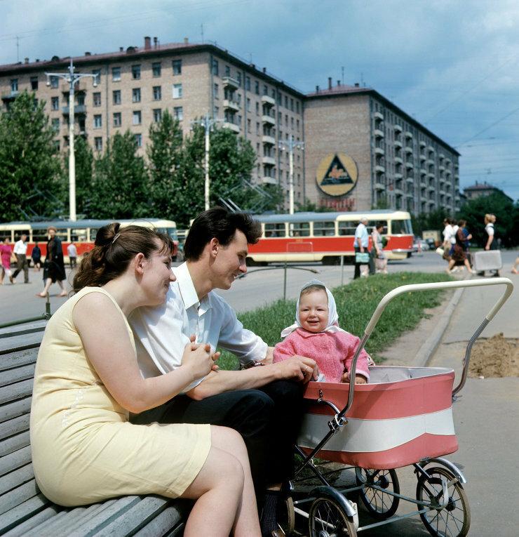 Семья в сквере на Ленинском проспекте, 1969 г.