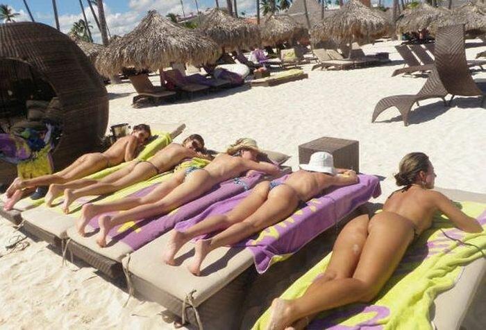 Голые красотки фотографируются прилюдно на пляже  231607