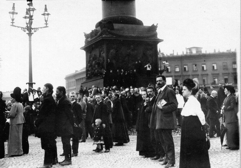 Толпа монархистов у подножия Александровской колонны во время чтения манифеста об объявлении войны Германии.