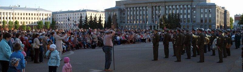 зрители и оркестр на театральной площади Кирова - фестиваль духовых оркестров