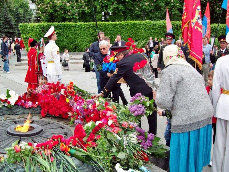 Возложение венков к Вечному Огню в парке Славы