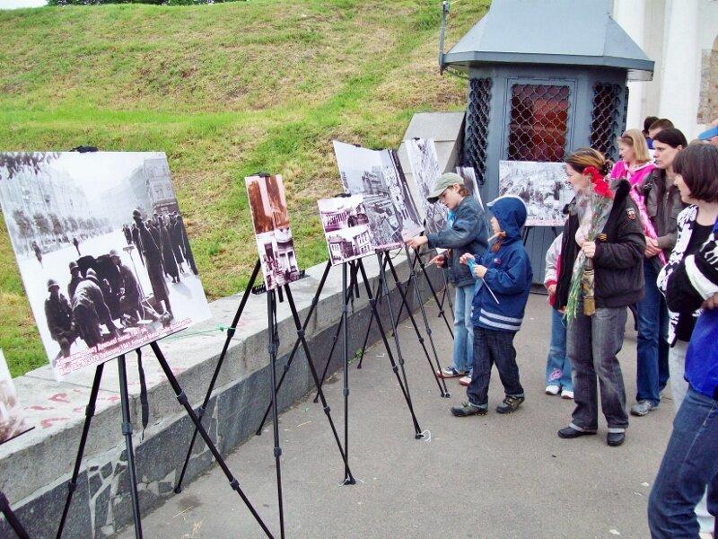 Фотовыставка перед входом в музей ВОВ