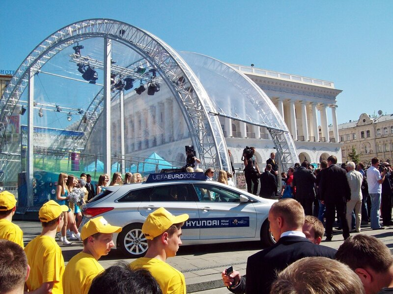Спецавтомобиль доставил Кубок Евро 2012 на Майдан