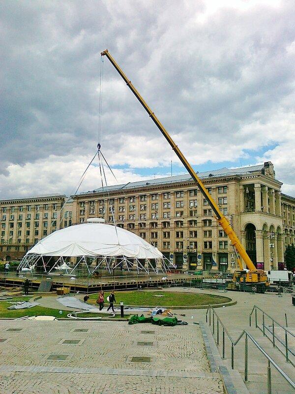 Установка купола в фан-зоне на Майдане Незалежности