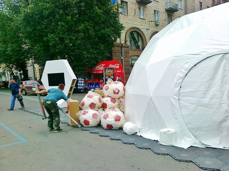 Монтаж фан-зоны Евро 2012 на Крещатике