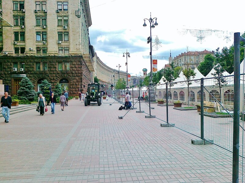 Ограда фан-зоны Евро 2012 перед мэрией Киева