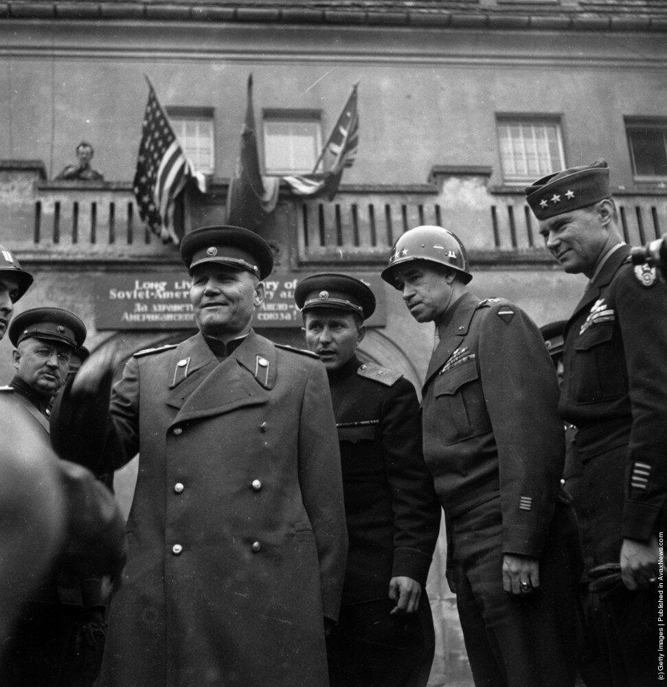 Американский военачальник, генерал Брэдли со своим советским коллегой Маршалом Коневым