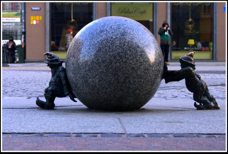 Сизифки, подносящий и толкающий шар