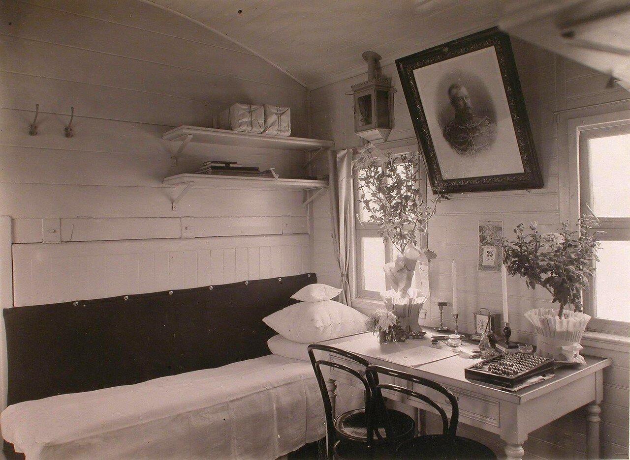 09. Вид рабочего места и кровати заведующего отрядом в вагоне для персонала