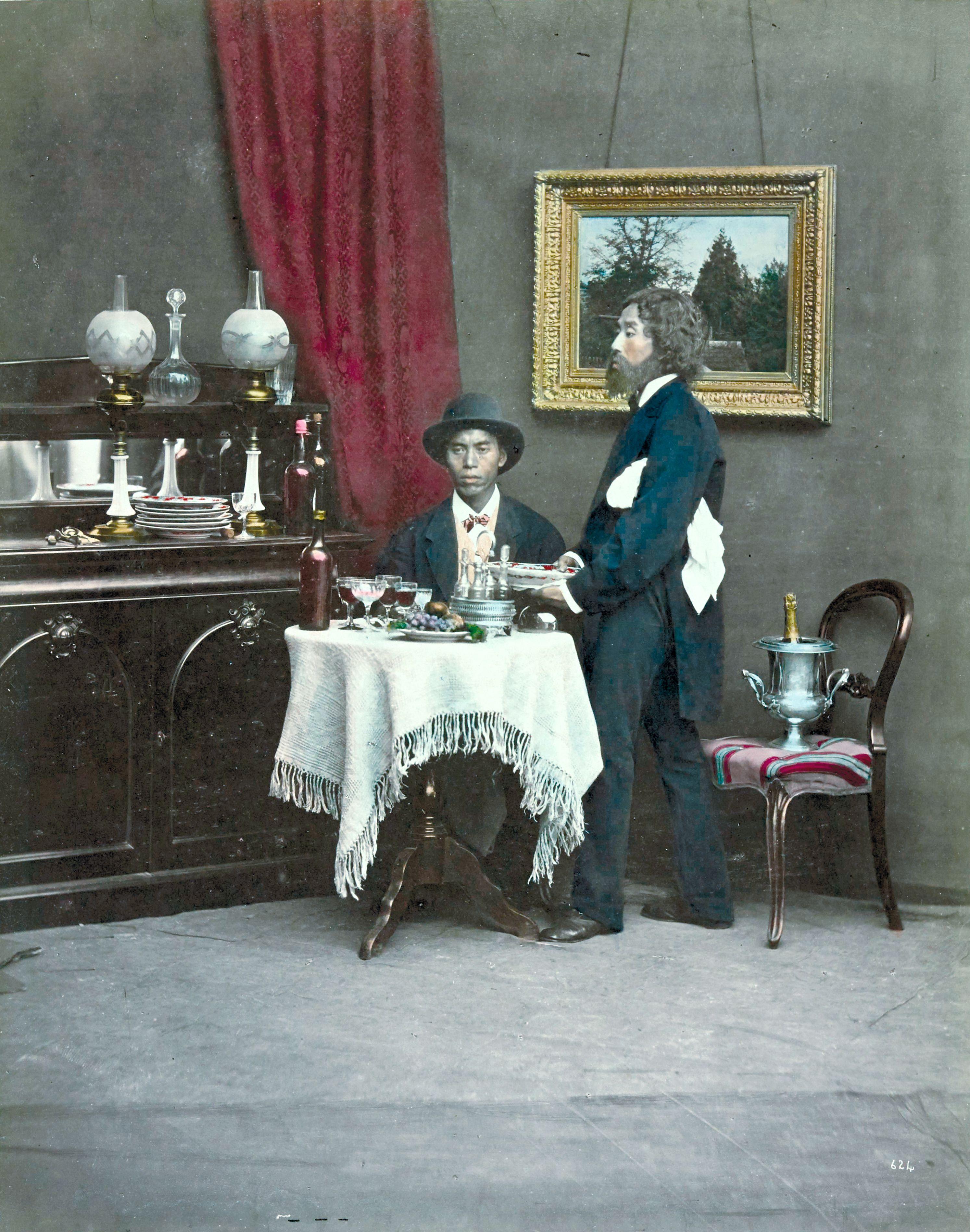 Двое мужчин во время еды