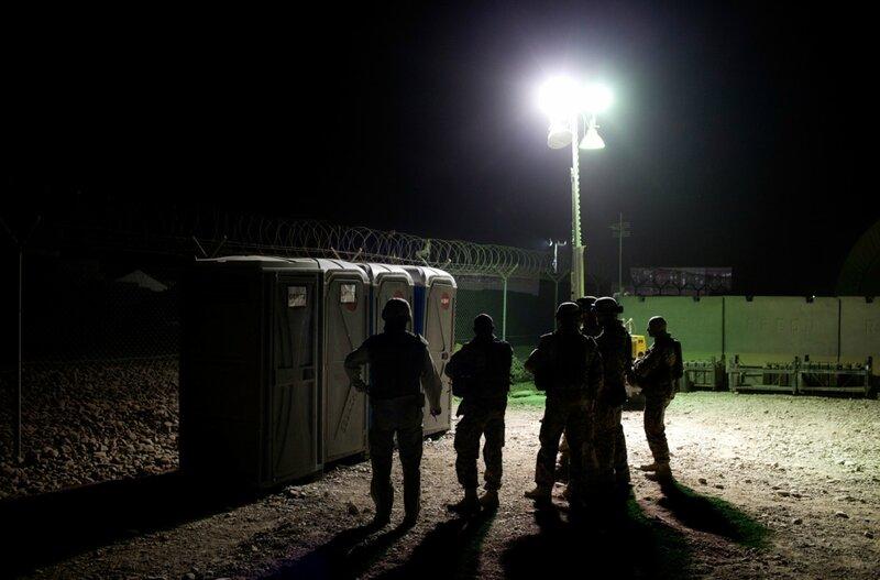 Afghanistan.<br />En gruppe danske soldater står i kø til toiletterne, Camp bastion, Helmand.