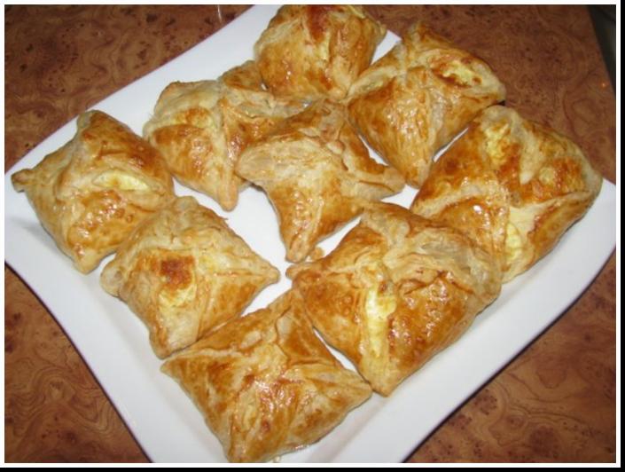 Хачапури с сыром из слоеного теста 5 фотография