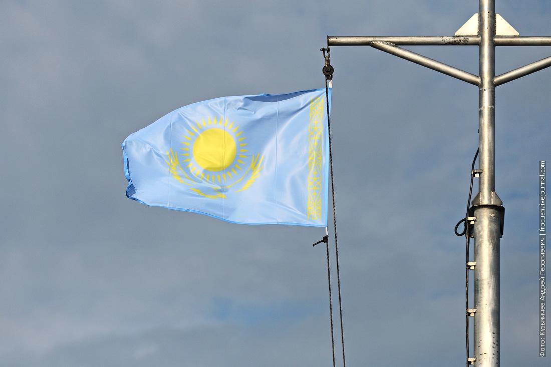 флаг Казахстана на мачте теплохода Русь Великая