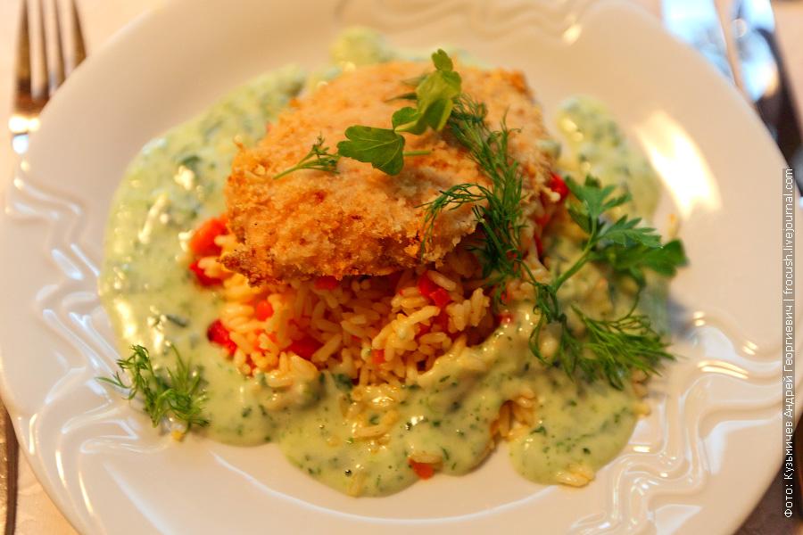 Куриное филе в сыре, рис с овощами, соус сливочный со шпинатом