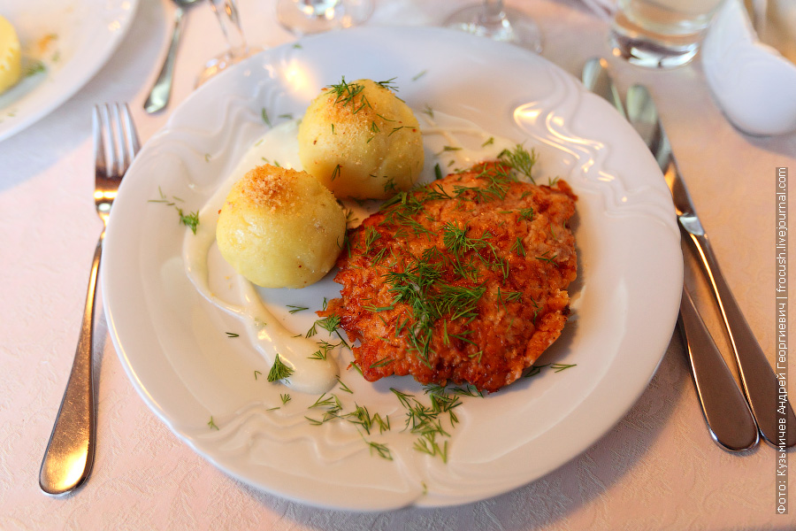 Свинина «Бризоль» с сыром, картофельные крокеты, соус «Бешамель»