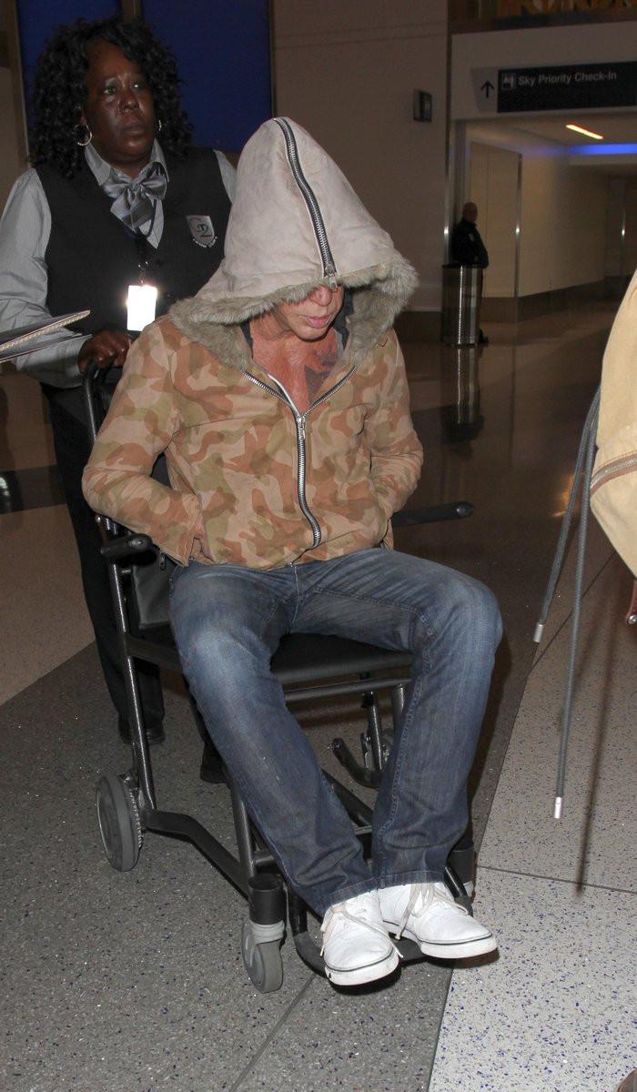 Микки Рурк покинул салон самолета на инвалидной коляске