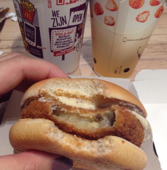 Нидерланды: Маккрокет (McKroket) Это бургер с котлетой из мясного рагу с плавленым сыром. Котлета об