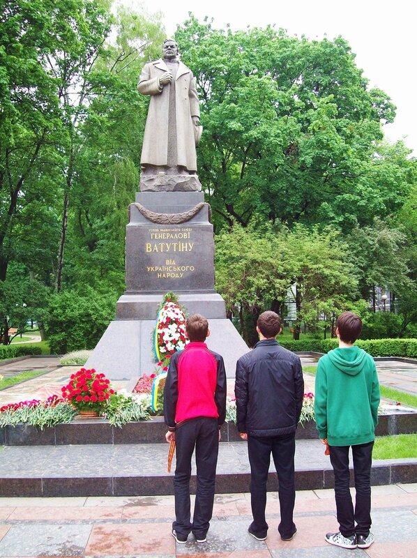 Памятник Ватутину 9 мая 2012 года