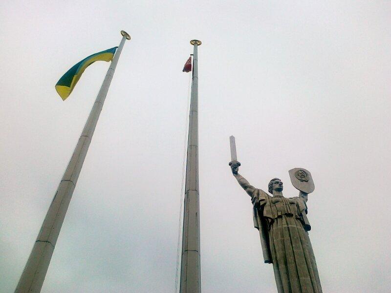 Знамя Победы рядом с флагом Украины