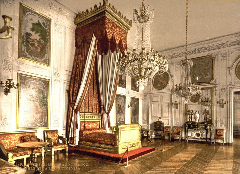 Однажды в Большом Трианоне гостила Королева Великобритании Виктория, отчего во дворце есть и ее комната