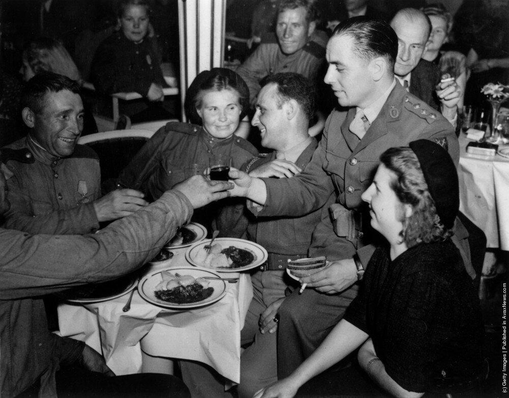 Английские, американские и советские офицеры в ночном клубе Femina в Nuremburger штрассе в Берлине. 15 августа 1945