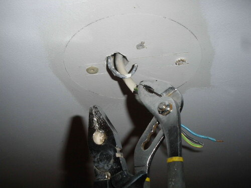 Фото 2. Возвращение потолочному крюку первоначальной формы с помощью слесарно-электромонтажного инструмента.