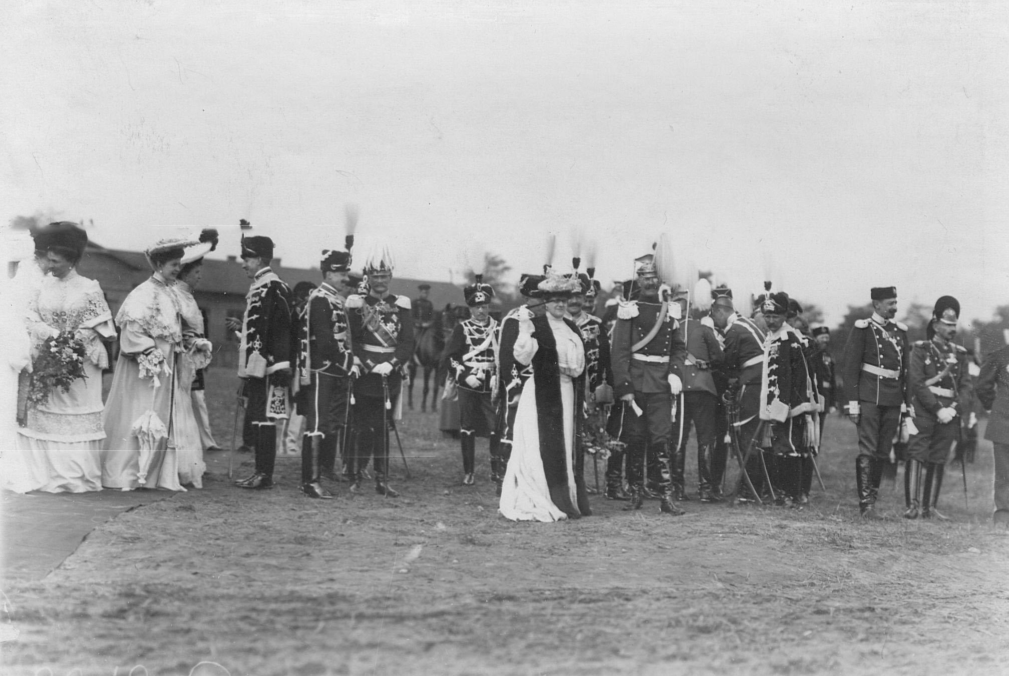 Офицеры германской армии - гусары и уланы на праздновании 250-летнего юбилея полка в обществе полковых дам
