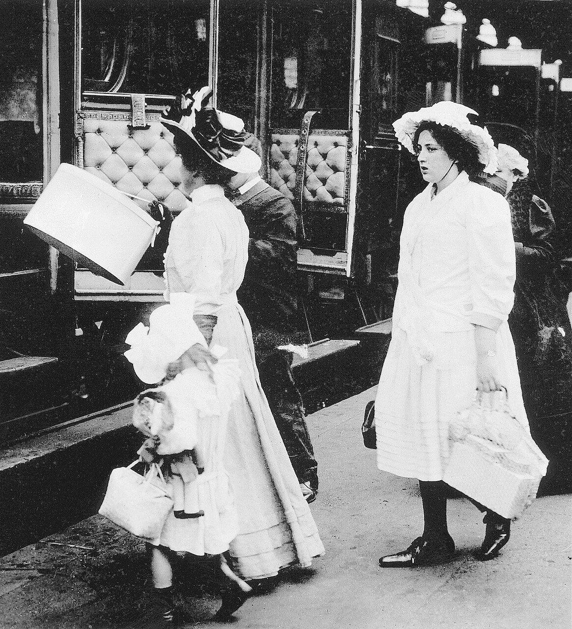 1900. Отъезжающие на вокзале Сен-Лазар
