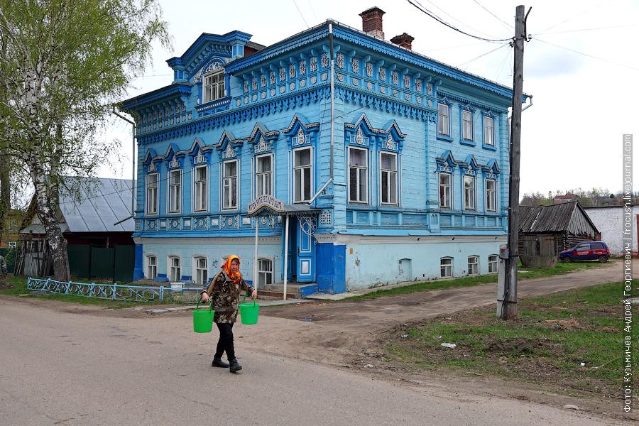 женщина с коромыслом в Козьмодемьянске