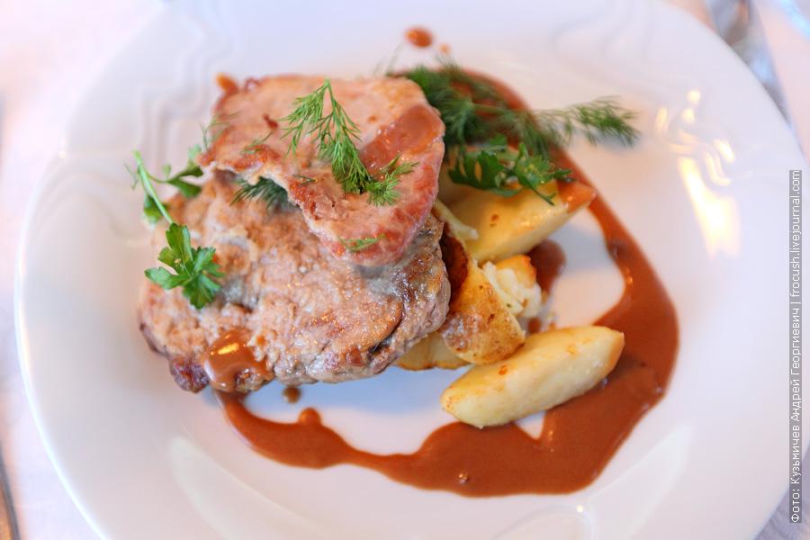 Ростбиф свиной, картофель по-деревенски, соус «Деми-гляс»