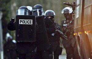 В окрестностях Парижа в заложники взяли 10 человек