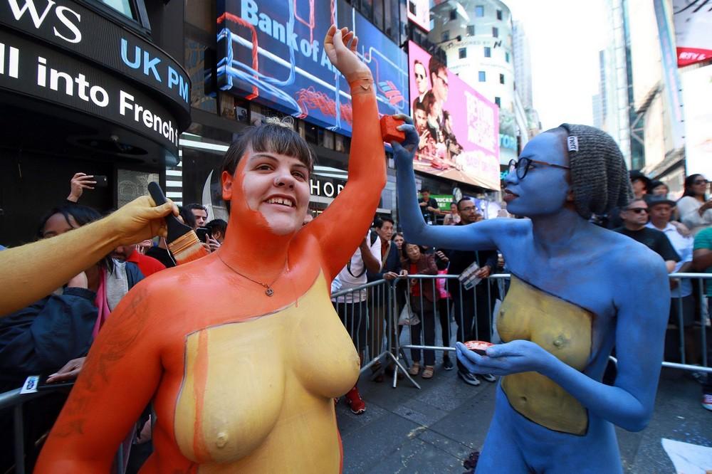 Сотни голых моделей на Таймс Сквер