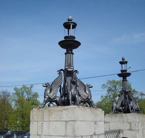 фонари с грифонами при въезде на парадный двор