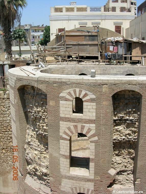 Одна из башен на которой стоит коптский храм Эль-Муаллака