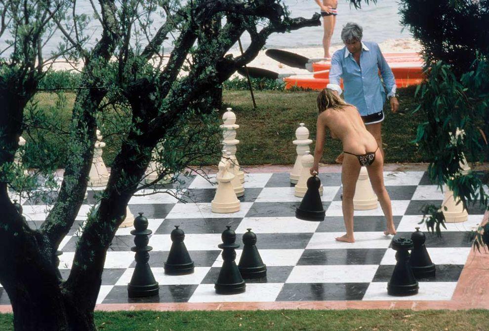 Сент-Тропе, Франция, 1978. Гунтер Сакс со своей подружкой-моделью.