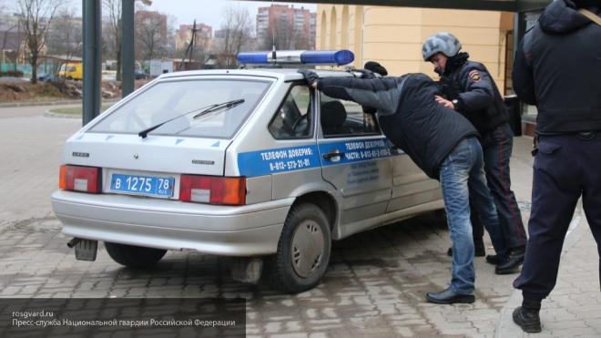 Хулиган вКазани выпал изполицейской машины и скончался