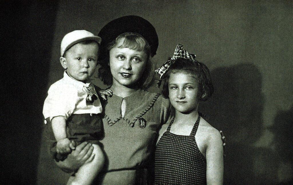 Янина Жеймо с сыном Юликом и дочерью Яней. Фото из архива Я.Жеймо-Костричкиной.