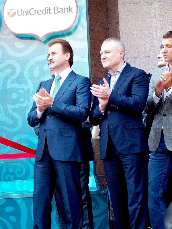 Александр Попов и Григорий Суркис под Киевской мэрией