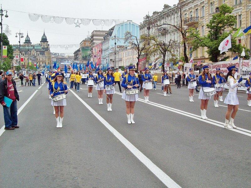 Барабанщицы маршируют по Крещатику