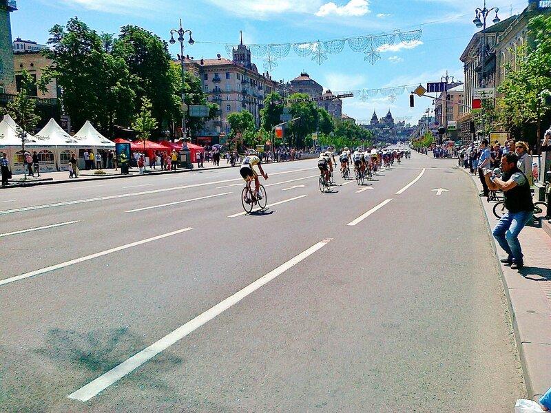 Велогонщики едут по Крещатику