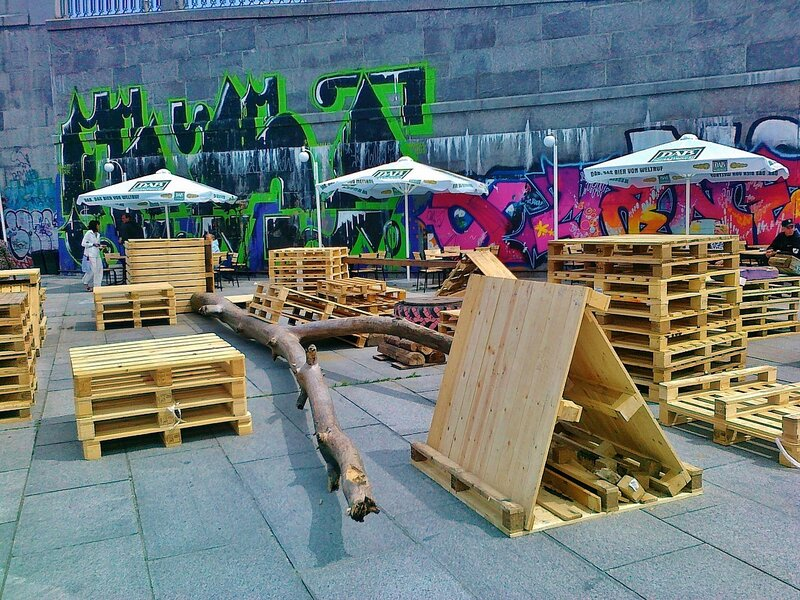 Инсталляция перед входом в Арт-парк