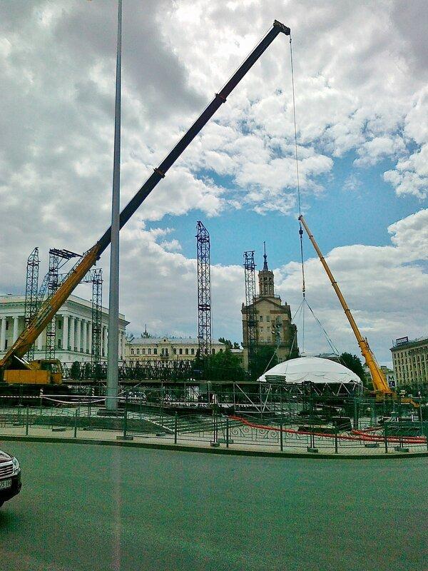 Монтаж фан-зоны Евро 2012 на Майдане Незалежности