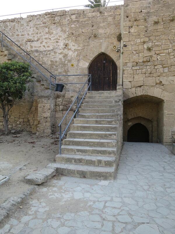 Каменная лестница (9) ведущая на средний уровень помещений (12)