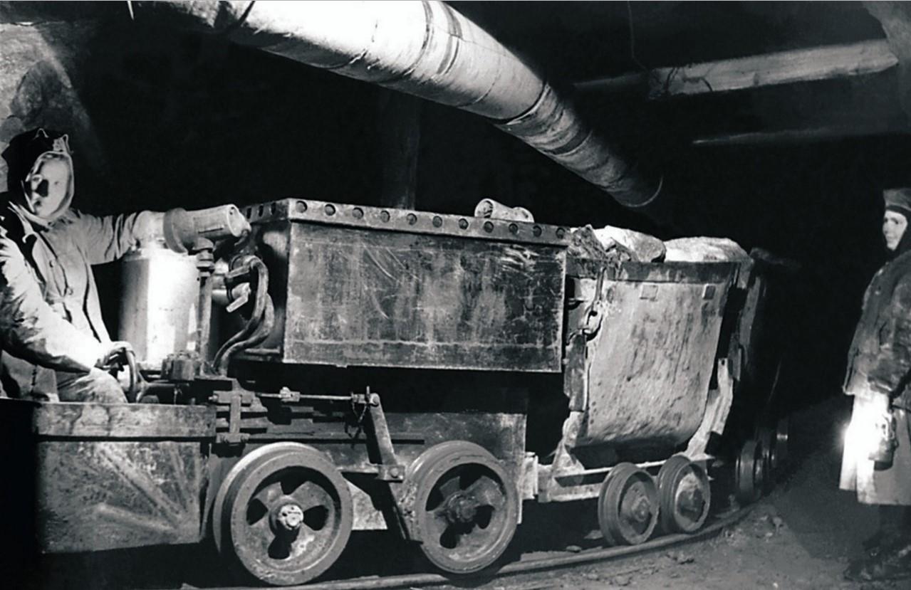 Пласт. Трест «Кочкарьзолото». Подземная откатка золотоносной породы (1951)