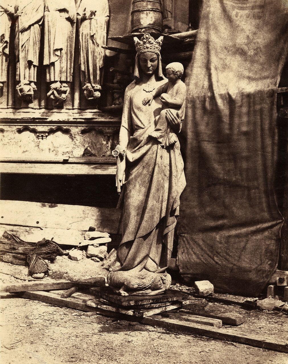 1851. Нотр-Дам. Скульптура Богоматери с младенцем