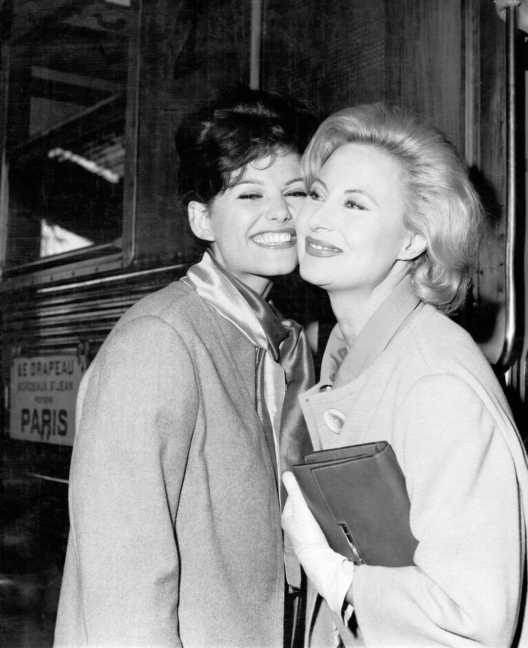 Claudia CARDINALE und Michele MORGAN am Gare d'Austerlitz, Paris 1961