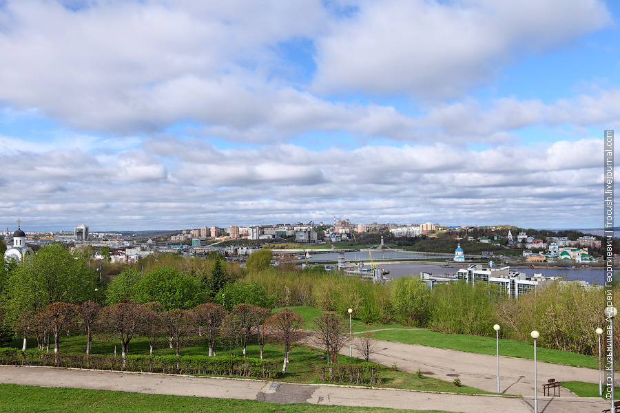 От монумента открывается вид на весь Чебоксарский залив