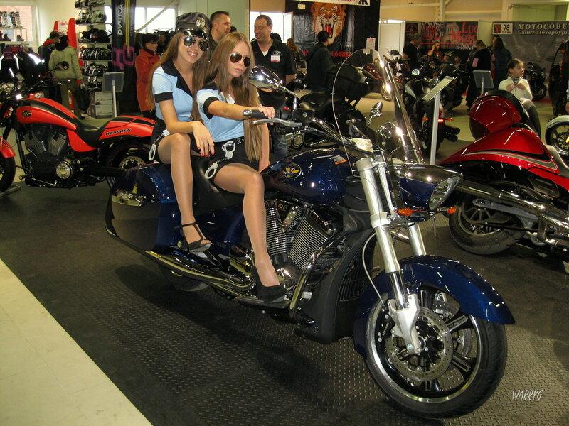 Мотосалон IMIS-2012 в «Гарден Сити». Девушки модели на мотоцикле Victory Cross Roads.