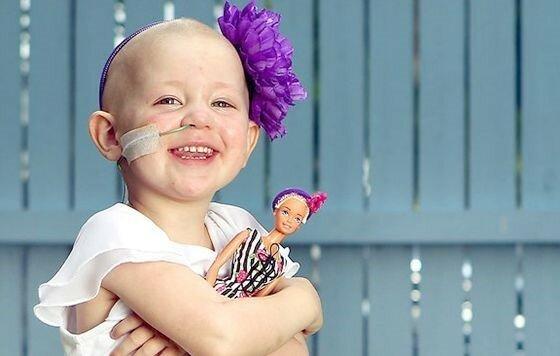 Лысая Барби для больных раком детей
