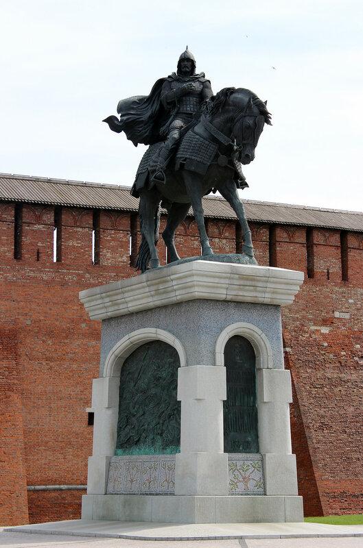 Картинки по запросу Михайловские ворота и памятник Дмитрию Донскому.